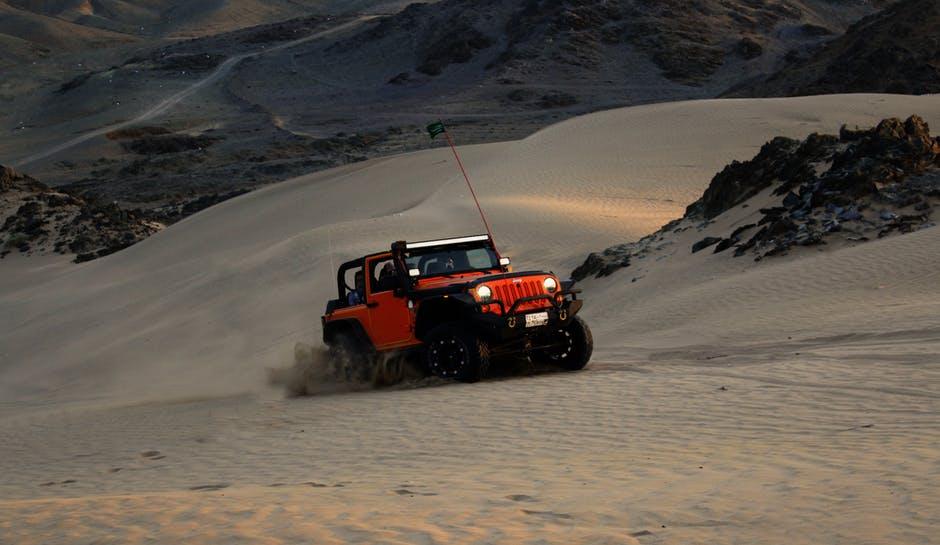 Bil som kör i öknen